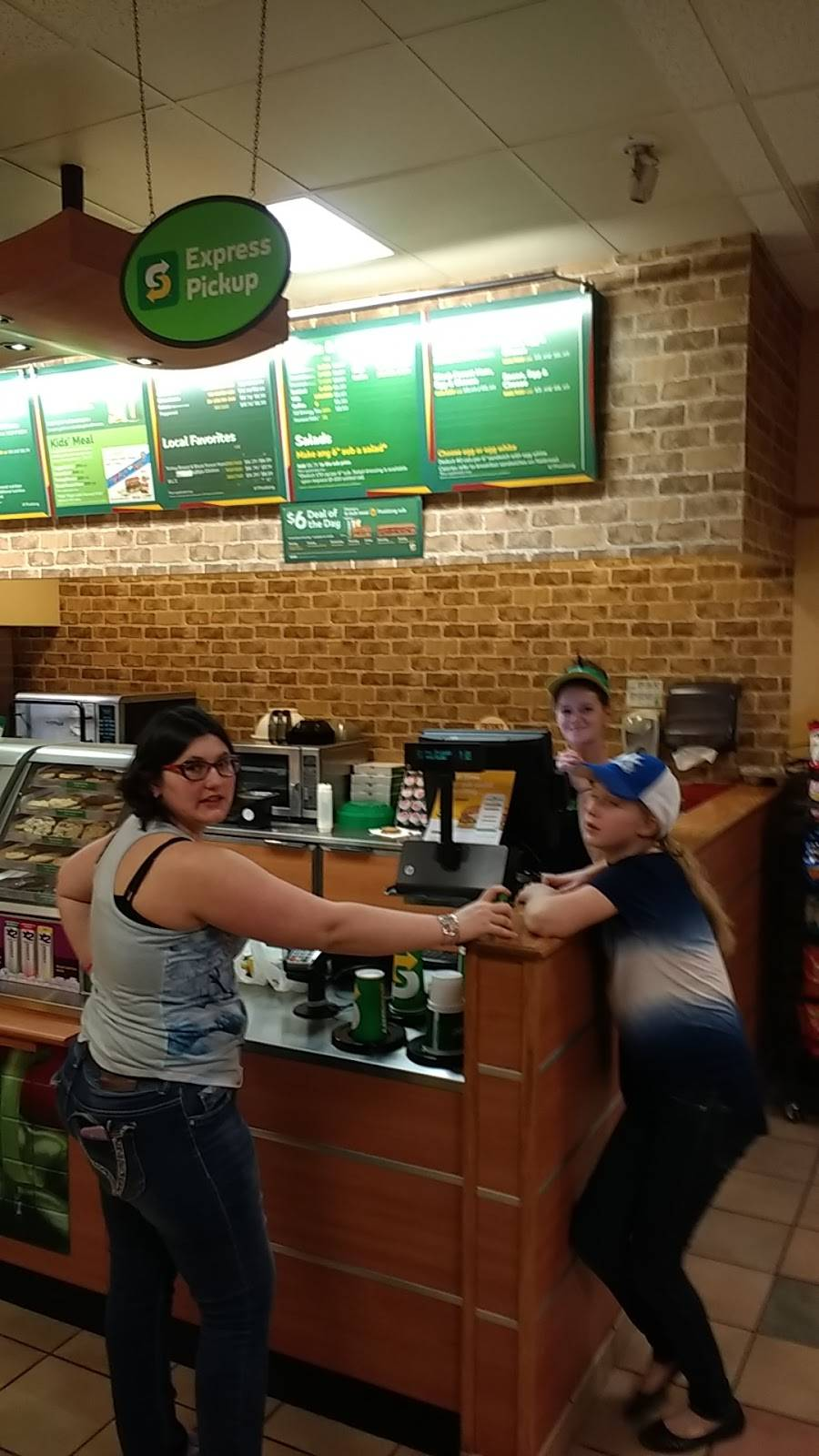 Subway | restaurant | 206 E 10th St, Jeffersonville, IN 47130, USA | 8122841957 OR +1 812-284-1957