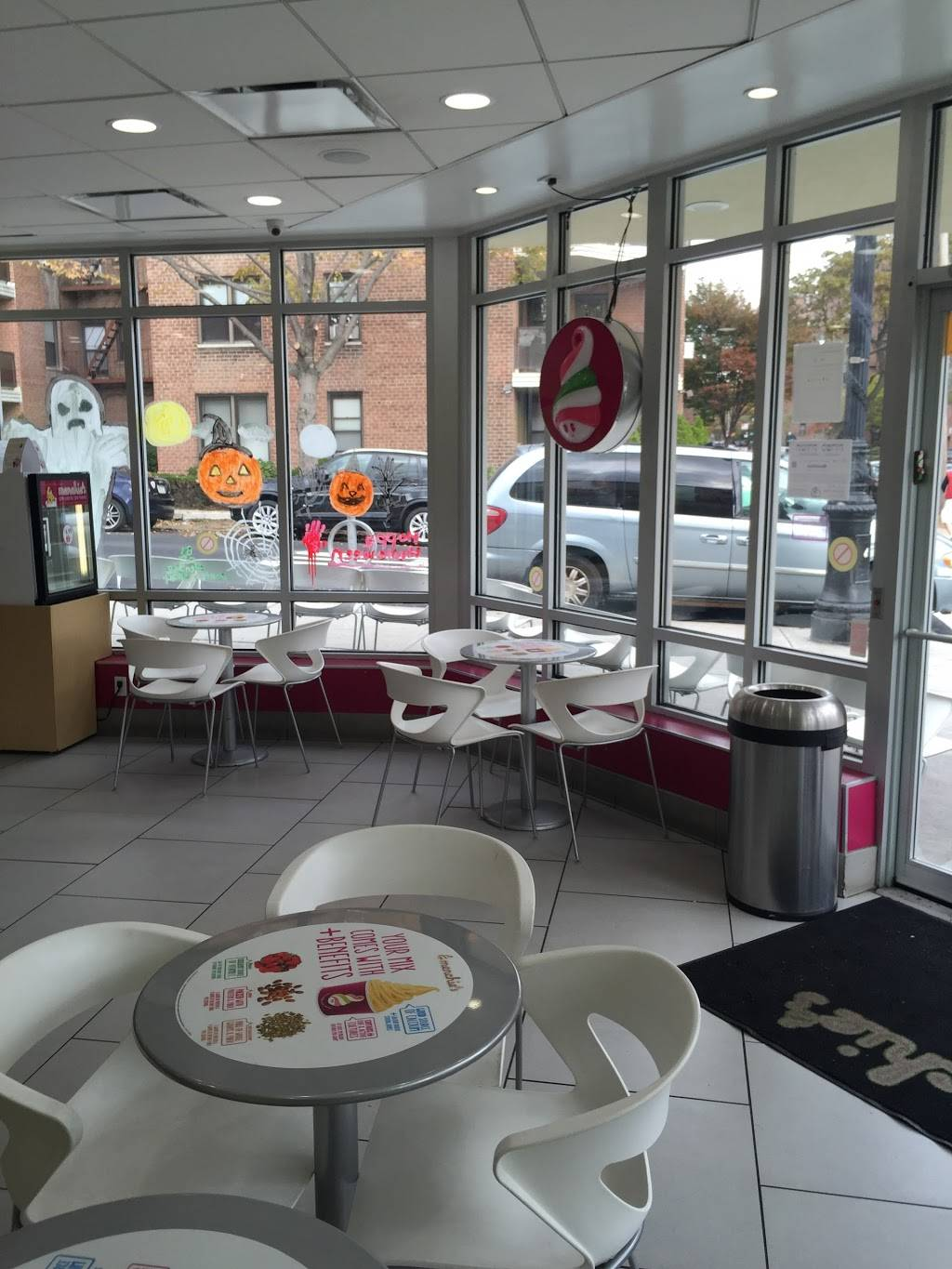 Menchies Frozen Yogurt | bakery | 3555 Johnson Ave, Bronx, NY 10463, USA | 7184322580 OR +1 718-432-2580