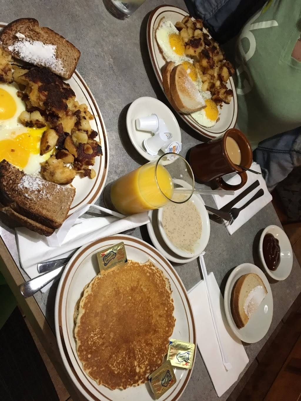 East Gate Luncheonette | restaurant | 104 Store Ave, Waterbury, CT 06705, USA | 2035743684 OR +1 203-574-3684