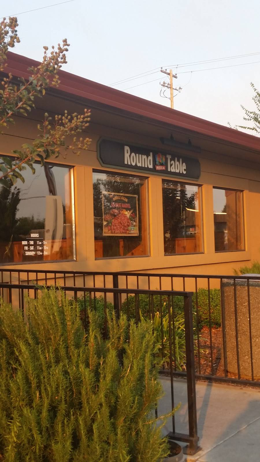 Round Table Pizza | meal delivery | 1351 Healdsburg Ave, Healdsburg, CA 95448, USA | 7074338877 OR +1 707-433-8877