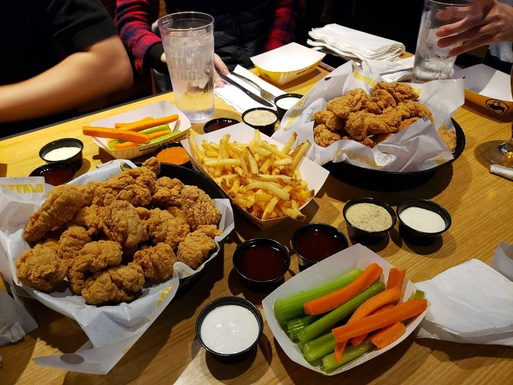 Buffalo Wild Wings | restaurant | 513 W Taylor St, Chicago, IL 60607, USA | 3125880554 OR +1 312-588-0554
