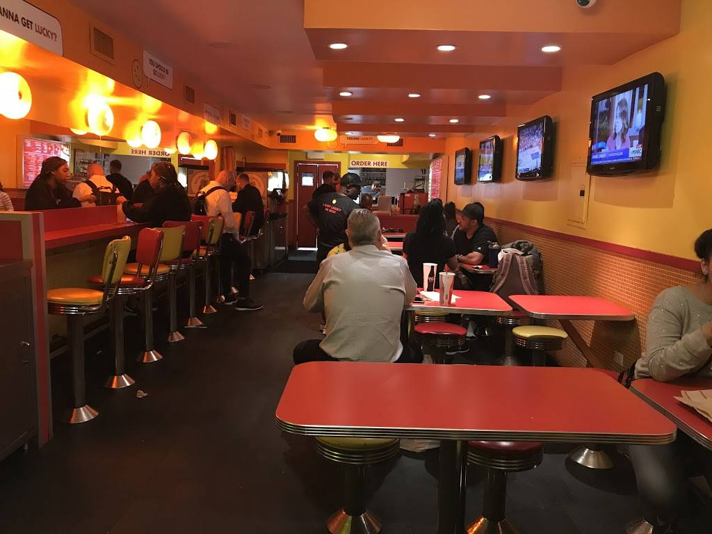 Luckys Famous Burgers | restaurant | 264 W 23rd St, New York, NY 10011, USA | 2122424900 OR +1 212-242-4900