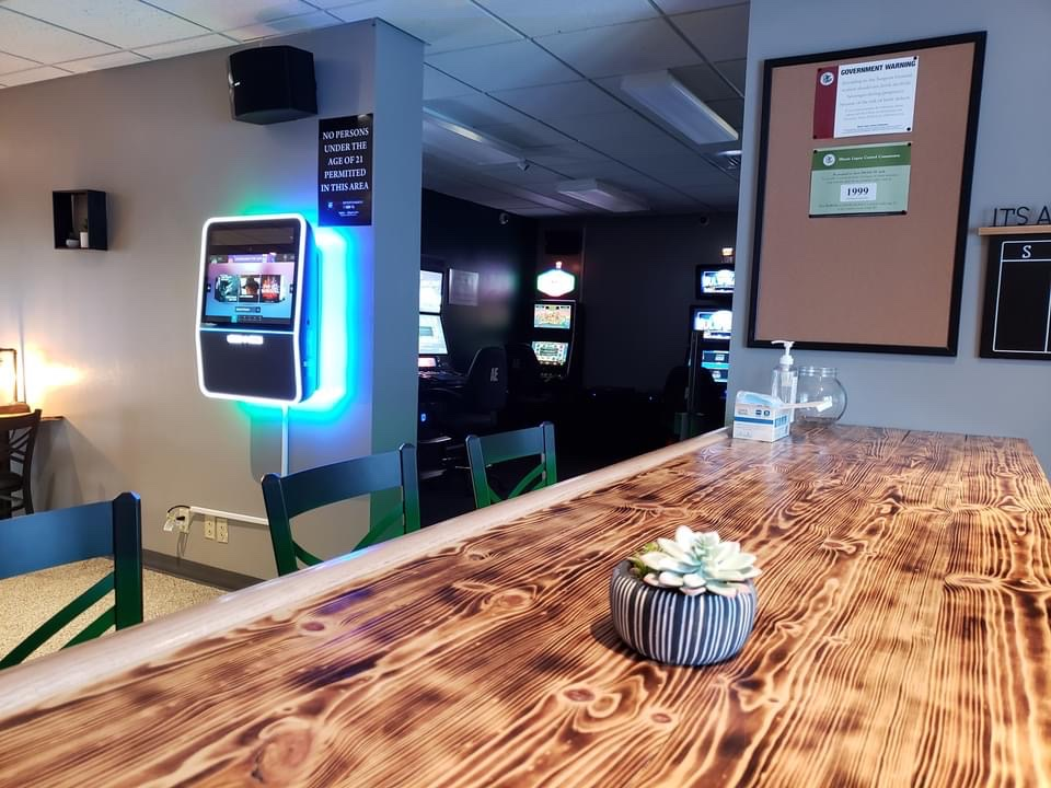 Lucky Pines Pub House & Gaming | restaurant | 5040 US-20 BUS, Freeport, IL 61032, USA | 8155412986 OR +1 815-541-2986