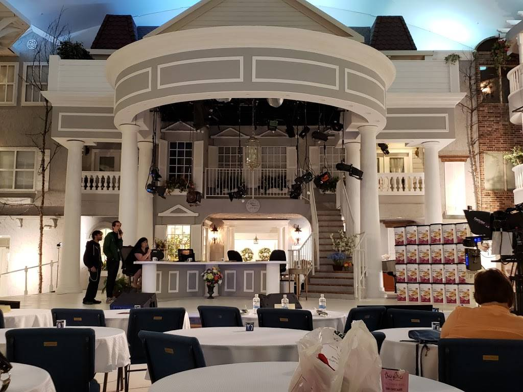 Jim Bakker Show   shopping mall   180 Grace Chapel Rd STE A, Blue Eye, MO 65611, USA   4177799000 OR +1 417-779-9000